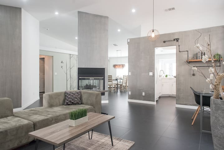 ModernHome Minutes Away From Strip