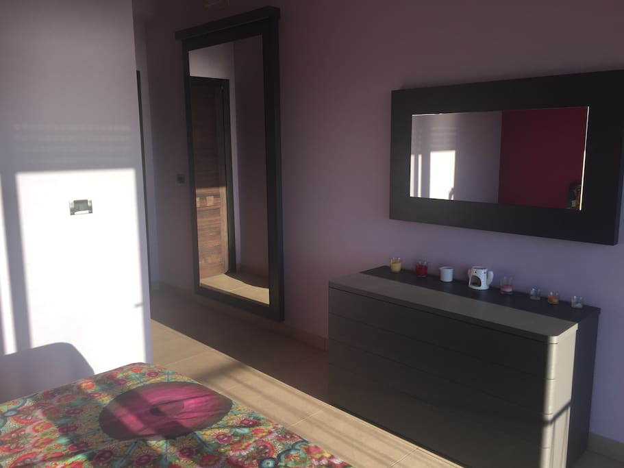 Camera da letto con letto matrimoniale, materasso memory, comodini, como' e specchio grande con faretti al Led.