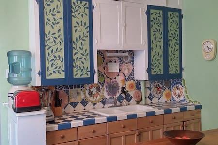 Eclectic Artzy Cottage (4) - Ház