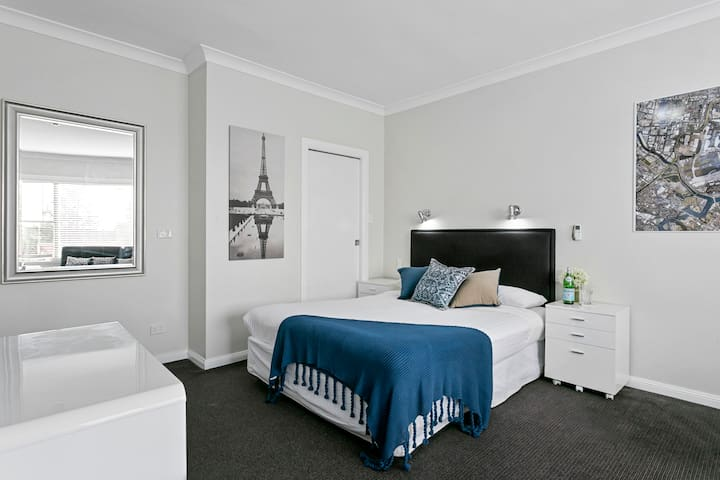 Stylish Queen Ensuite Close to Sydney Airport