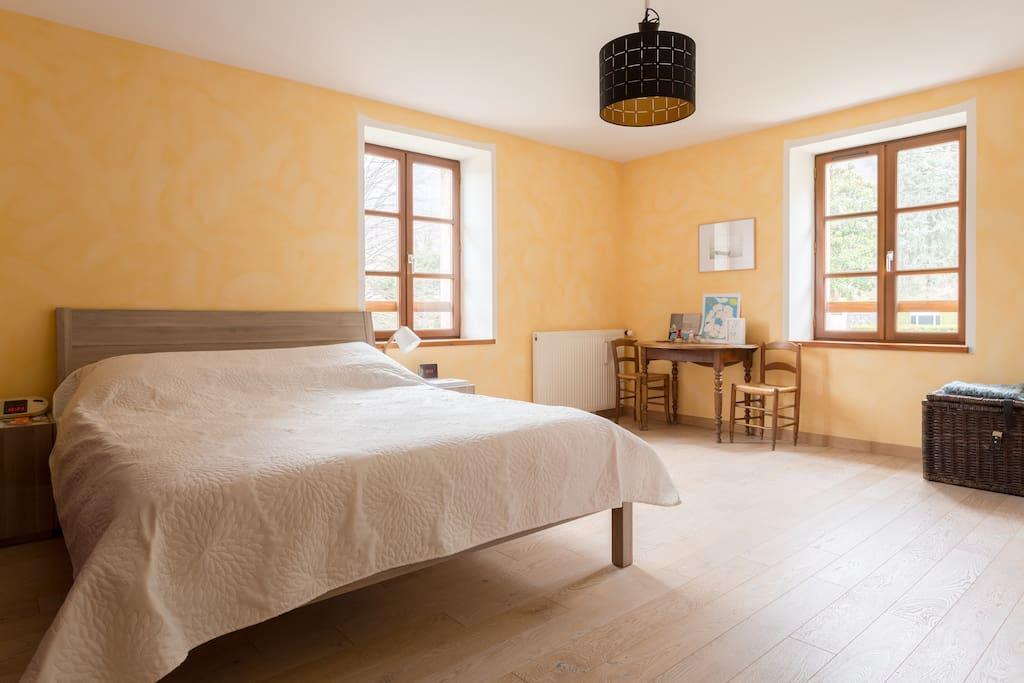 Une chambre lit Queen ensoleillée et spacieuse