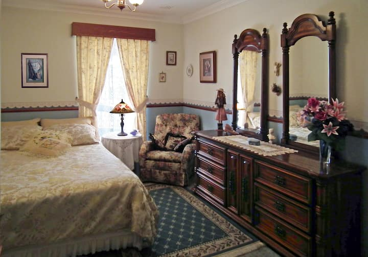 LUXURY  ON  A  BUDGET, ROOM w/USE of ALL Amenities