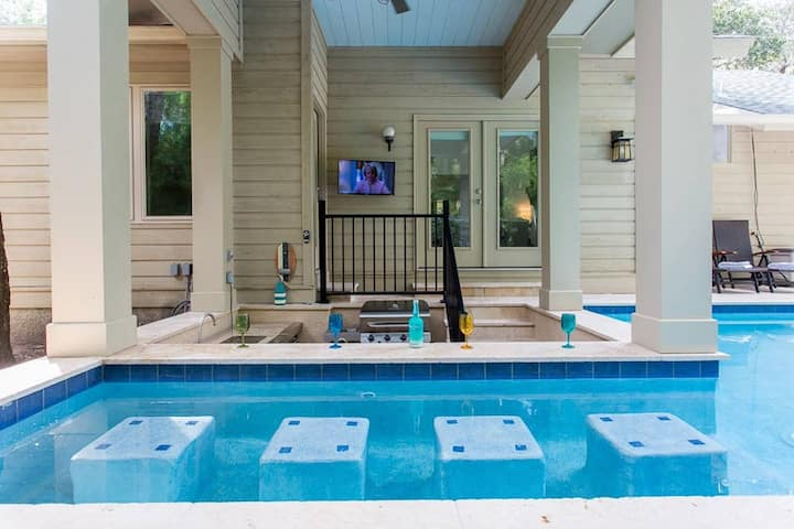 Heated Pool w/ Swim up Bar 7 min bike to beach!