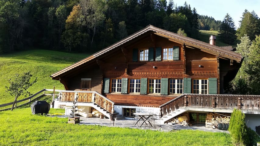 Luxurious Chalet with Hot Tub right next to Gstaad - Saanen - Huis