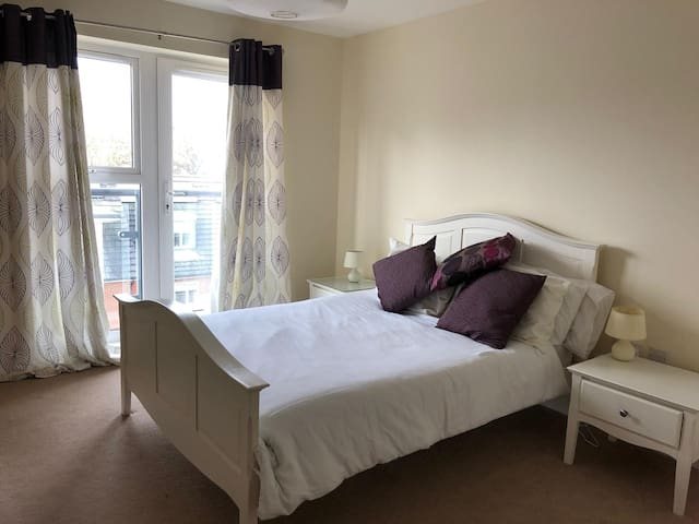 Modern flat with easy commute to Central London