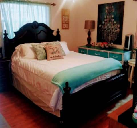 Private Master Suite-pool/spa-30 mins to Beach.