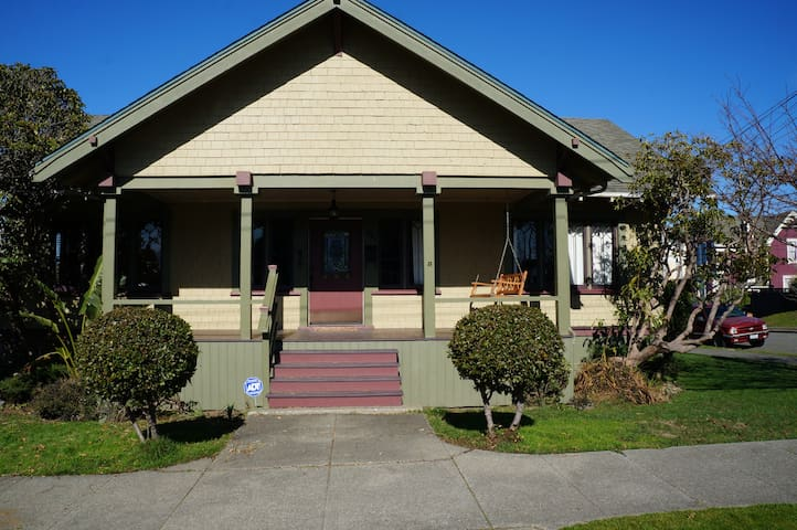 NEW LISTING! Charming 3BD/1BA Home in Eureka - Юрика - Дом