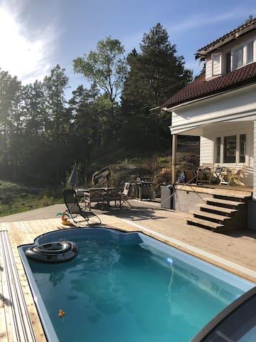 Hus med svømmebasseng. 12 min. å gå til åpent hav