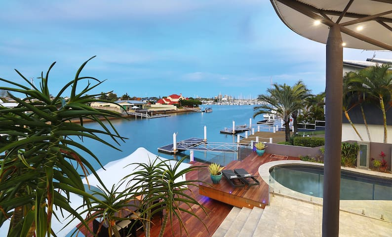 Allure - Luxury Waterfront Holiday Home with WiFi - Minyama - Casa
