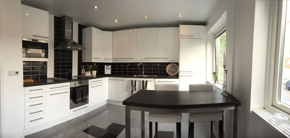 Large apt next to train station. 13 min to City - Mölndal - Daire