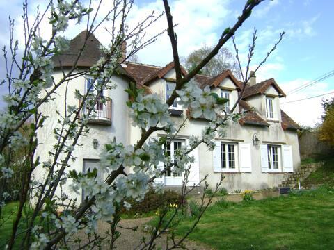 Belle maison ensoleillée au calme.