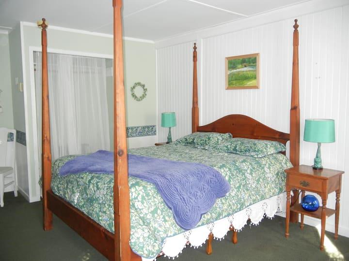 Queen Size Room 1 - Barnaby Inn