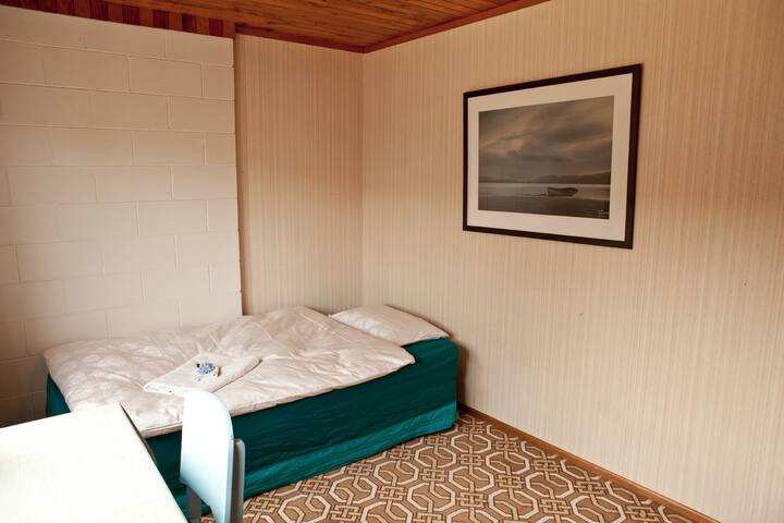 Sunny, cosy room near bus and beach
