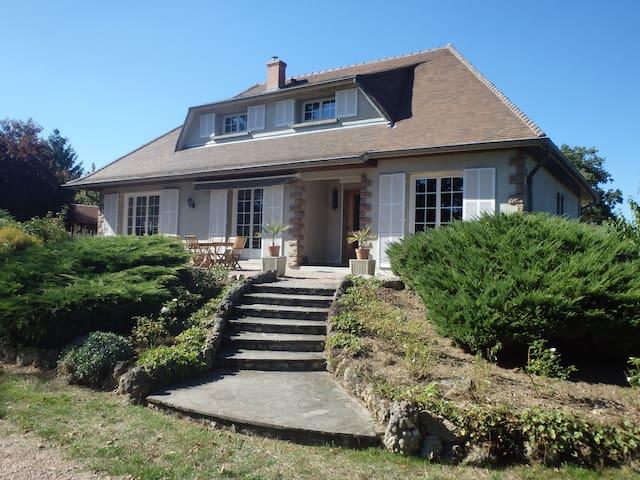 Maison proche de la ville au calme et beau jardin - Broût-Vernet - Wikt i opierunek