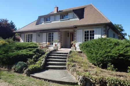 Maison proche de la ville au calme et beau jardin - Broût-Vernet