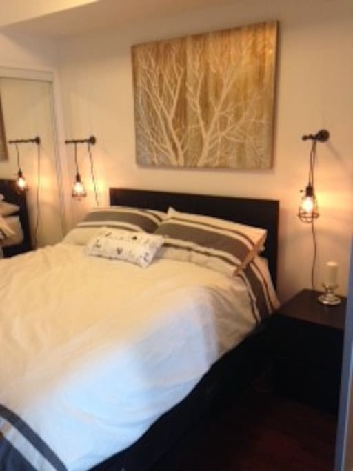 Perfect queen size bedroom to enjoy a good night sleep after a day out on the city.