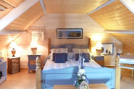 La chambre à l'étage spacieuse et lumineuse.
