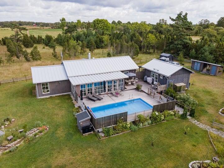 Mysigt hus vid havet med pool och stor trädgård