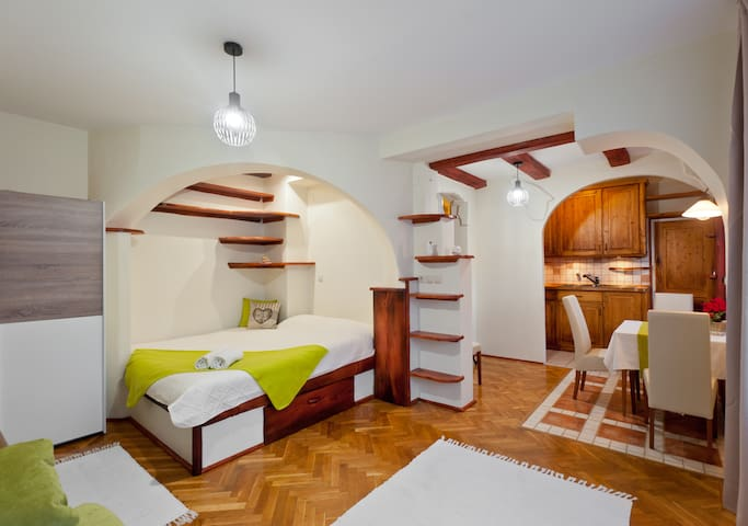 "Cozy, nice, ""GREEN"" studio in Buda (Kolosy square)"