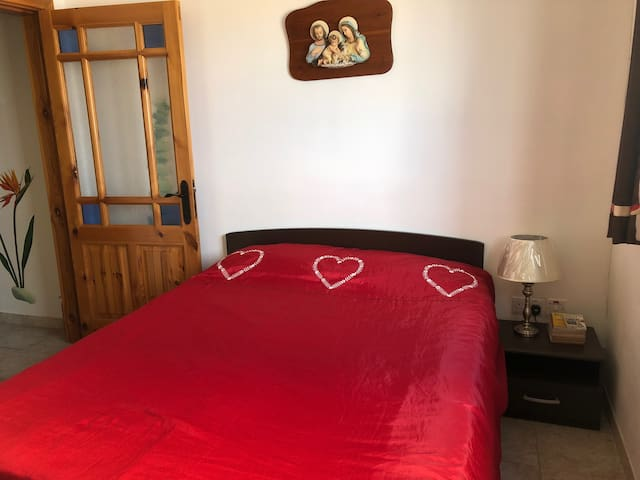 Double bed (140cm) and all rooms have ceiling fans as well as air conditioning.