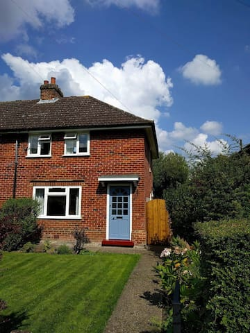 Lovely 4 bed house, with pretty garden.