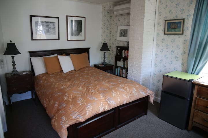 Room 1 - Queen bed & PRIVATE bath