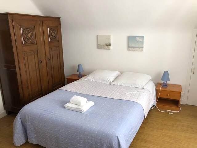 La chambre familiale tout en haut : 1 lit double et 2 lits simples. 1 armoire. (Lits faits avec supplément).