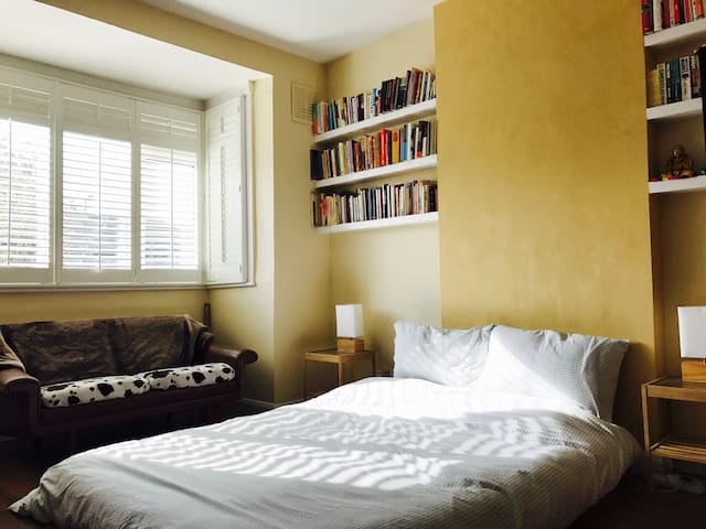 Large Double room in welcoming family home - London - Rumah