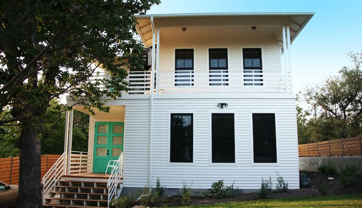 Lovely modern home near downtown Austin w/rooftop deck/screened-in porch/WiFi!