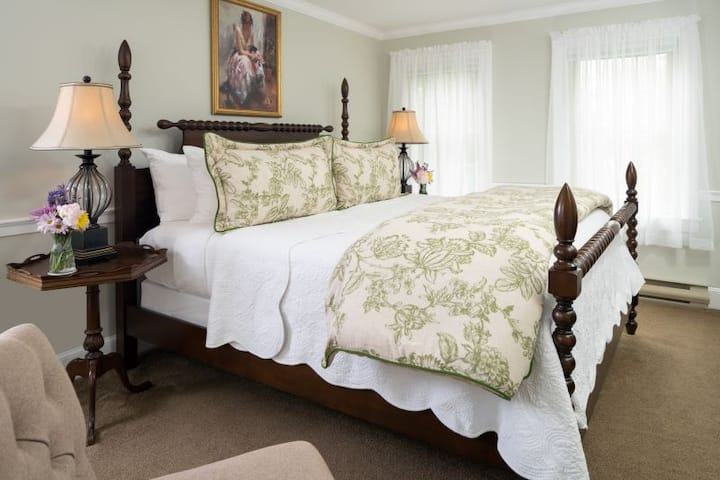 The Sebago Suite - 1802 House Bed and Breakfast