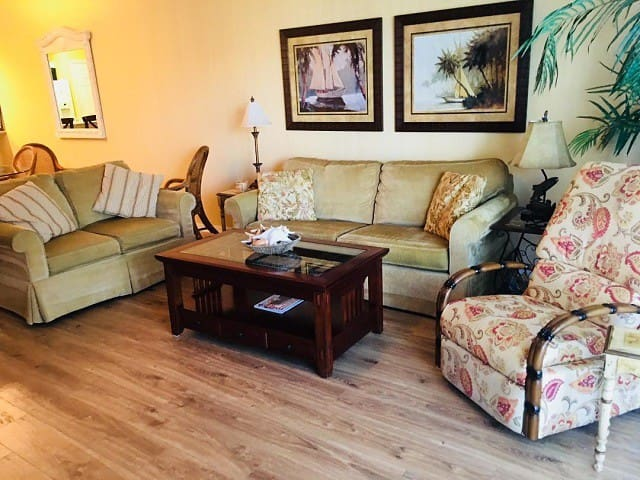 Relax near the pond int his gorgeous 3/2 interior condo. Ow15-504