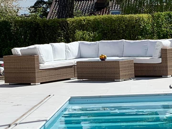 Modern villa med uppvärmd pool och sjöutsikt