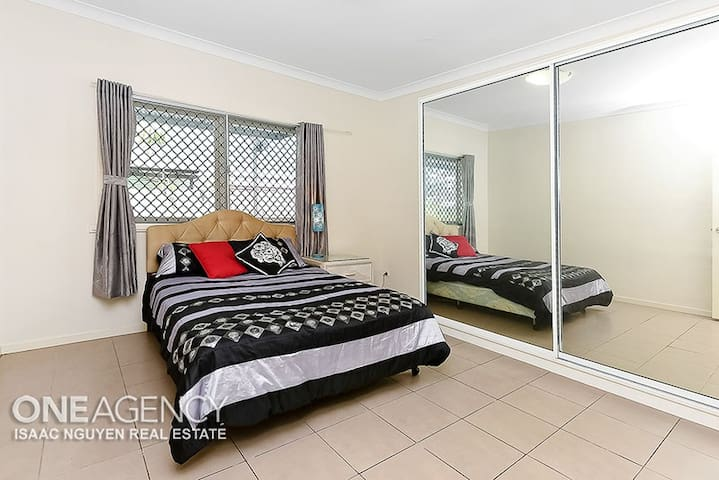 A large private room in Goodna - Goodna