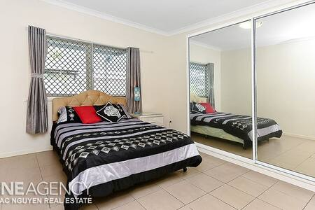 A large private room in Goodna - Goodna - Casa