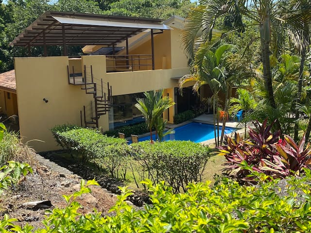 Tropical Home With A Pool & Close To Beaches
