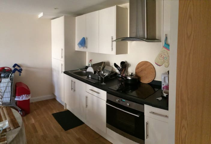 Flat share - prime area in Slough - Slough - Apartment