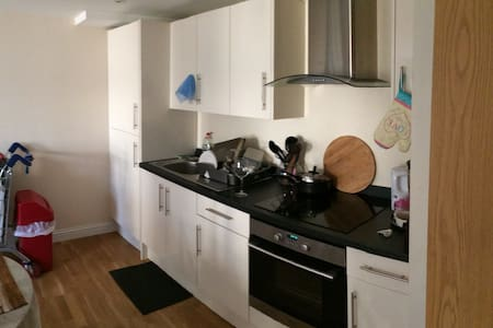 Flat share prime area in Slough - Slough - Daire