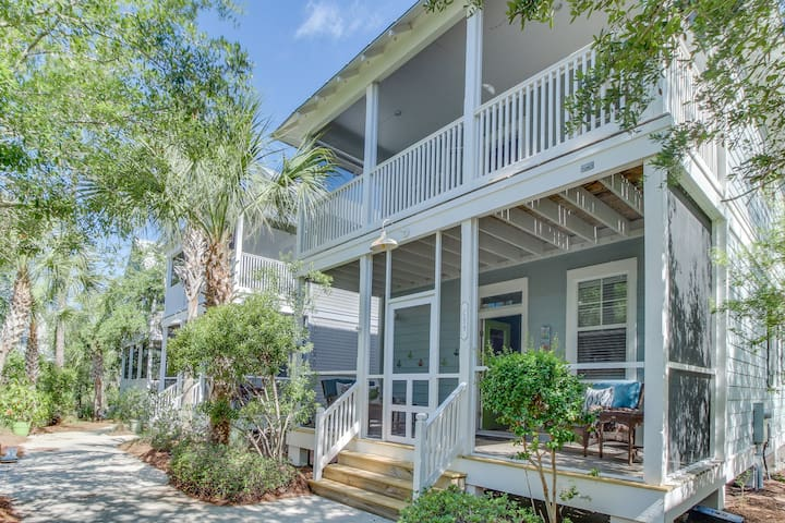 Charming beachside cottage w/shared hot tub, short walk to sunny beaches!
