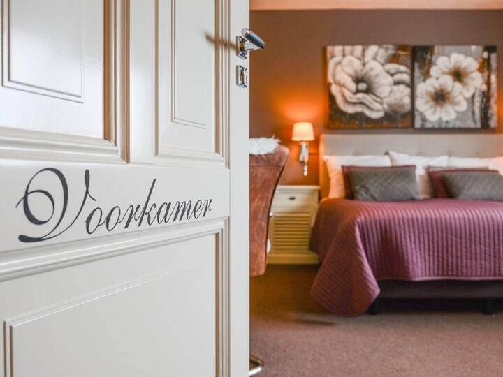 Ruime kamer met badkamer en een heerlijk ruim bed