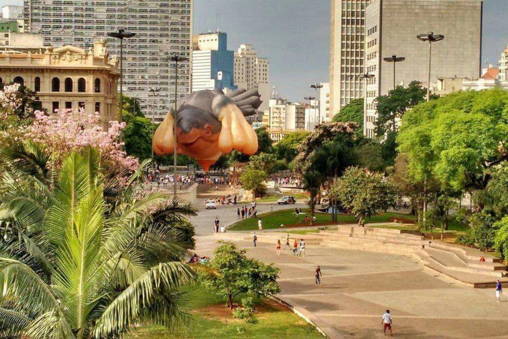 Vale do Anhangabau. Centro Cultural Banco do Brasil. Centro Cultural dos Correios. Praça das Artes. Galeria do Rock. Edificio Martineli. 5 minutos caminhando.