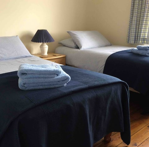 Large single / twin room in great location