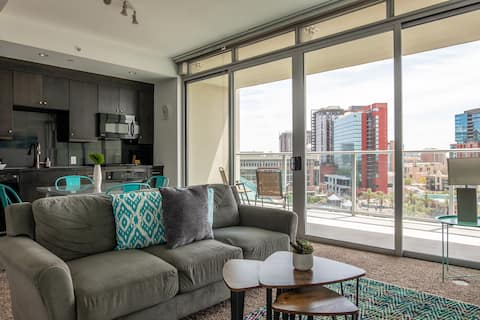 Stylish 1 BR Apartment with City Views