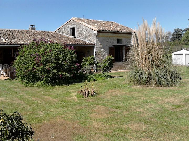 maison ancienne calme avec grand terrain & piscine