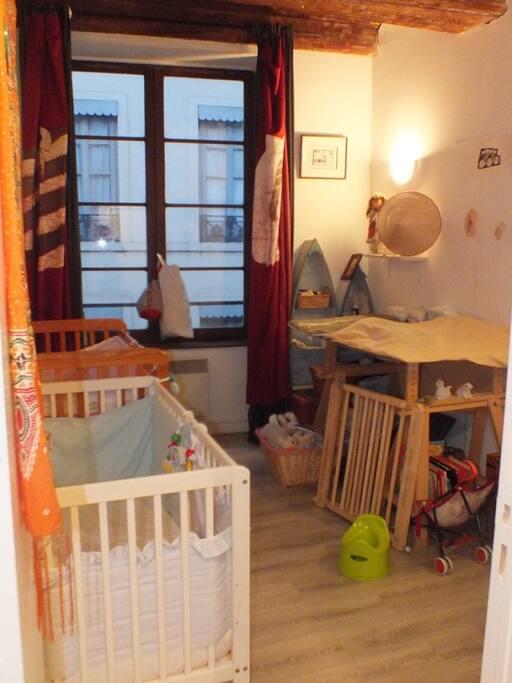 chambre enfants - 2 lits barreaux  + 1 lit pliable. 2 pots, 1 barrière, 2 réhausseurs, table à langer, jouets.