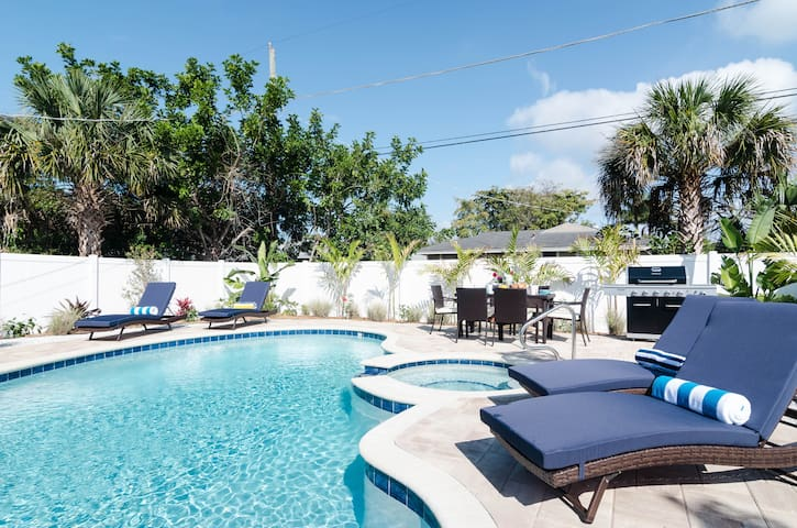 Live the Naples life at Victors Cottage!