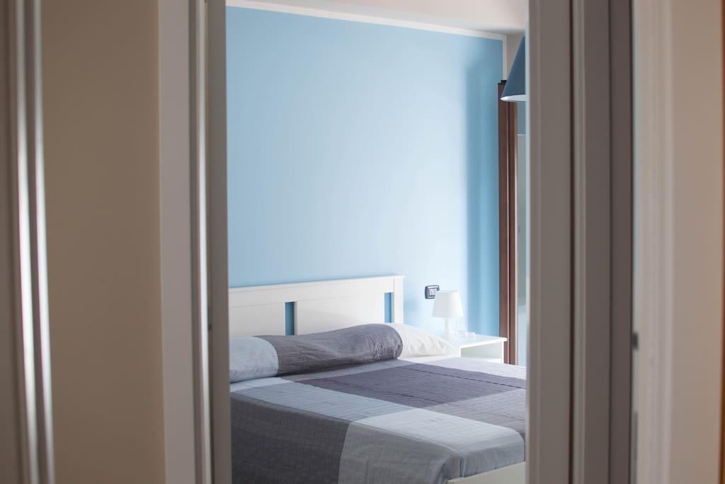 Camera da notte con comodo letto matrimoniale.