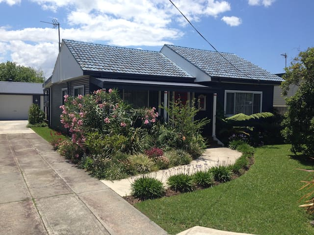 Shellharbour Coastal Cottage includes brekky - Barrack Heights - House
