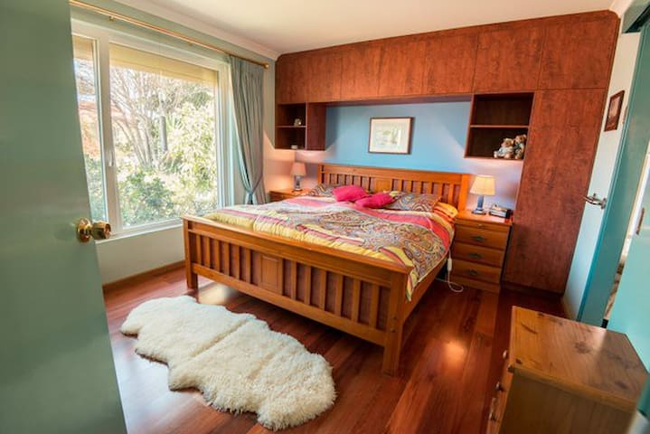Doppelbett 180cm mit Badezimmer und begehbarenSchrank Kingsize bed. with ensuite and walk in warederobe