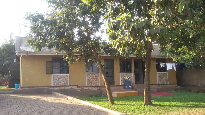 Two bedroom house in gated compound - Kampala - Casa