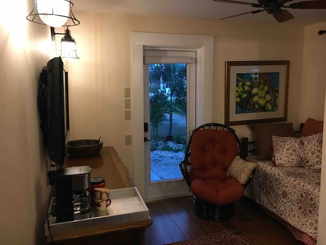 Small furnished efficiency, walk to Duval St.
